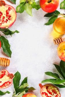 Рош ха-шана еврейский новогодний праздник традиционный символ. яблоки, мед, гранат