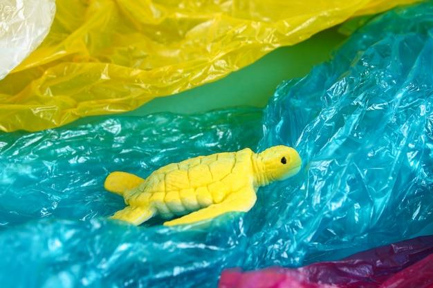 海洋問題におけるプラスチック汚染。ウミガメのビニール袋。生態学的な状況。廃棄物ゼロ