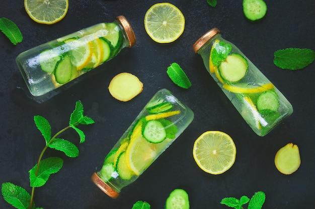 生意気な水。きゅうり、レモン、生姜、ミントの入った新鮮な冷たい水。デトックスと体重減少
