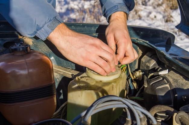 Закройте вверх грязи на детали старого двигателя автомобиля на гараже.
