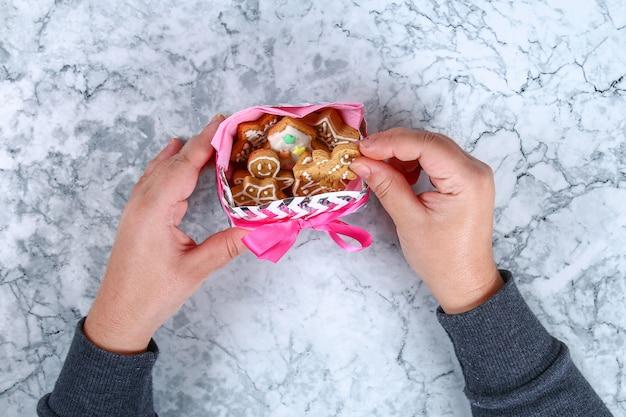 クリスマスのクッキーと段ボールの板から美しい贈り物を驚かせる方法ステップバイステップ