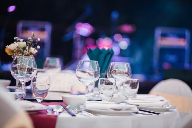 Обеденный стол, набор пустых стаканов в ресторане