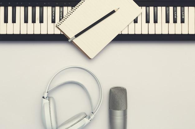 白い背景の上の楽器。