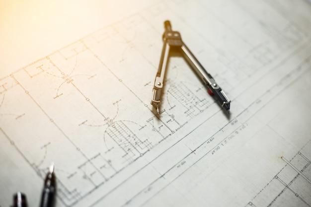 テーブルの上の工学と描画ツール