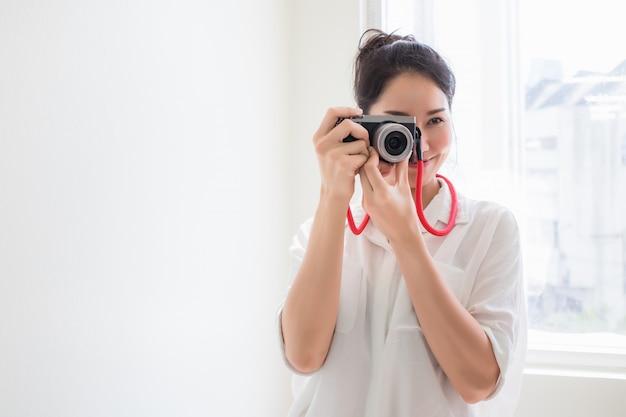 Красивые азиатские женщины, тайцы, которые носят повседневную одежду, фотографируют с помощью камеры.