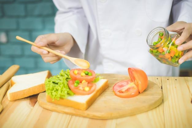 ミシュランの星を獲得したプロのシェフが、美味しく美味しい料理を作るために、丁寧にキッチンで朝食を調理します。