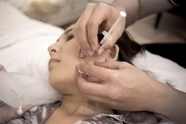 化粧品を危険にさらして持ち上げる