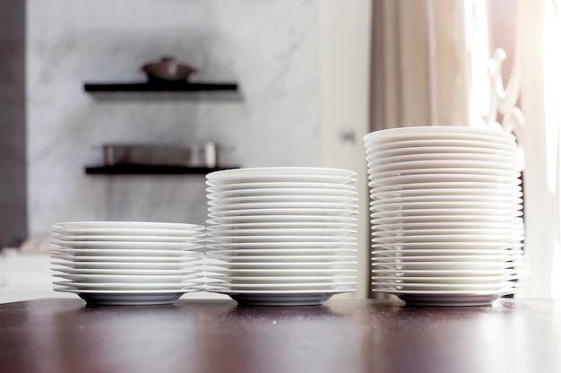 キッチンの新しいきれいな皿が光で