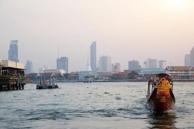 バンコクで観光のための水の上のビンテージボート