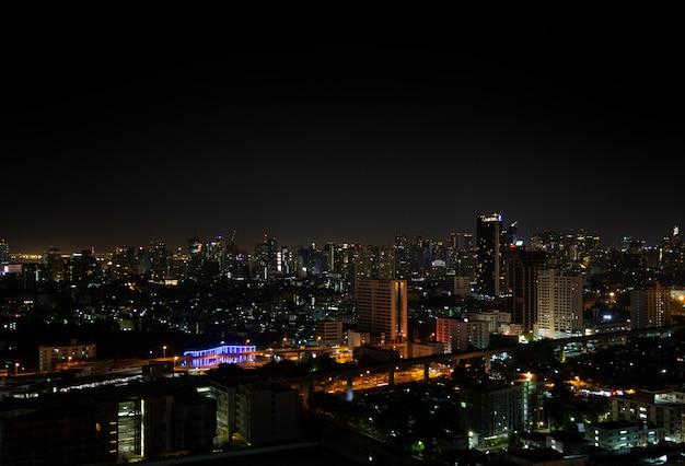 Ночной свет пейзаж города бангкок.