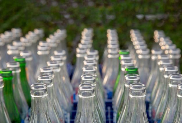 ソーダの飲み物と空のボトルガラス