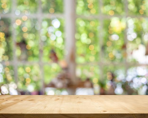 木のテーブルトップホワイトガーデンボケ背景。