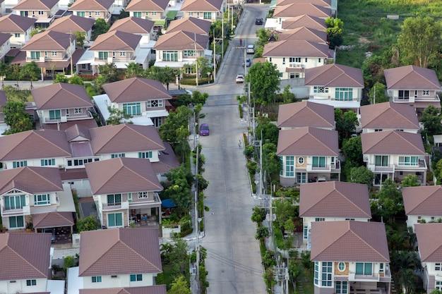 海辺近くの新しい土地のための新しい一戸建て住宅