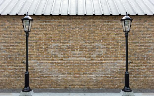 Внешняя кирпичная стена с лампой