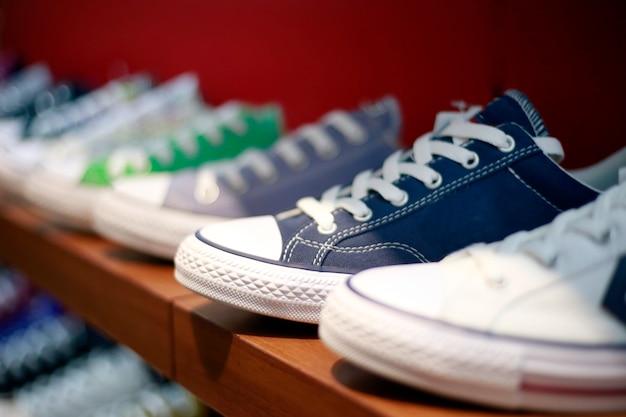 ストリートファッションのディスプレイを身に着けている棚の上のスニーカーの靴