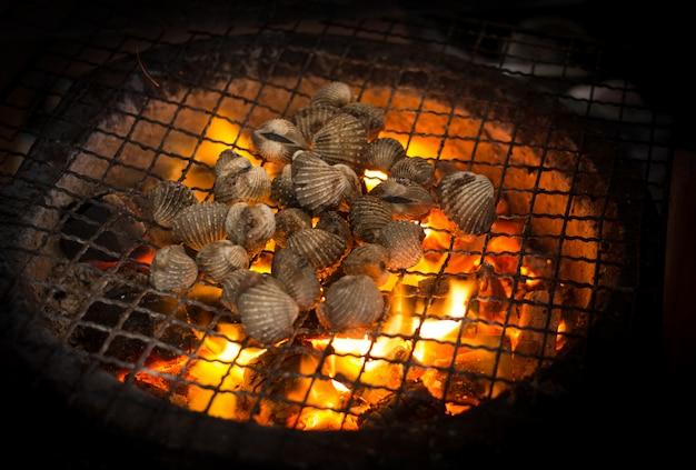 メイク用の熱い火キャンプで貝を焼く