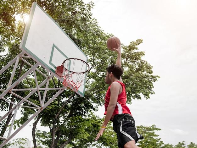 Задний двор баскетболиста, играющего в мяч