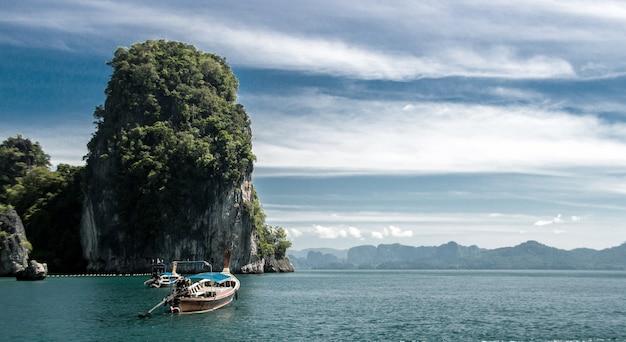 Пустой туризм на пляже острова пхукет в таиланде