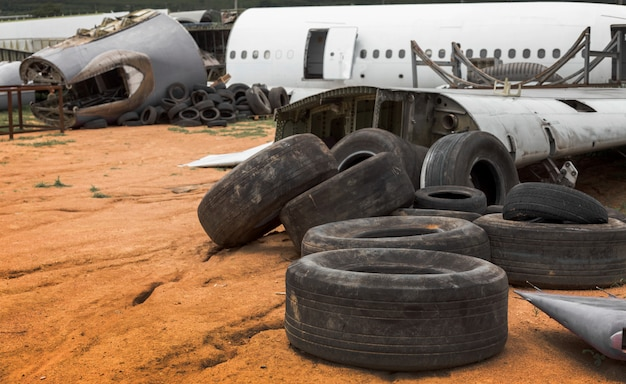 ゴミの丘で飛行機のゴミをクラッシュ