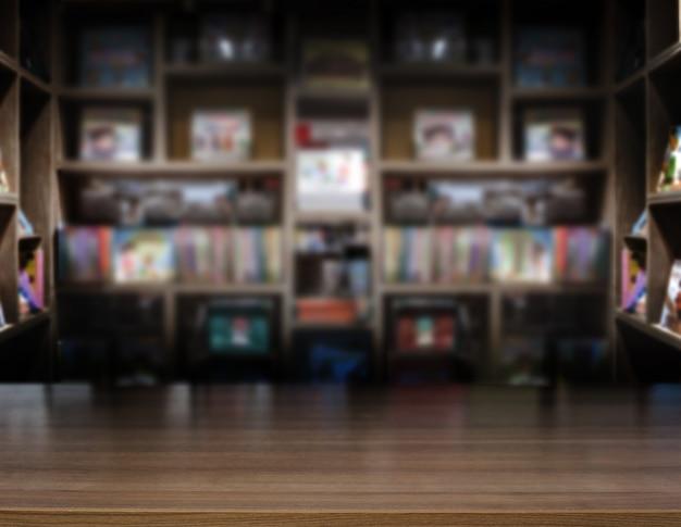 Деревянный столешница библиотеки или книжного магазина
