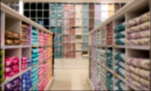 Одежда на полке в современном магазине