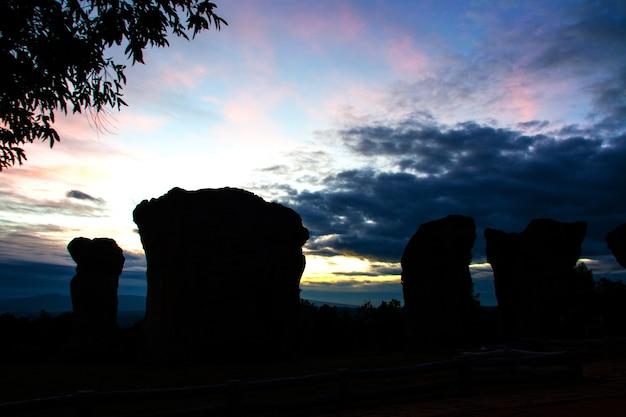夕日のシルエットの石の頭