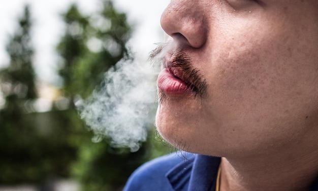 アウトドア喫煙者アジア人