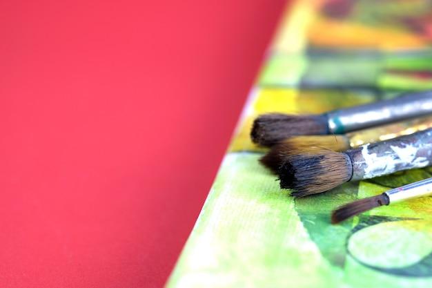 キャンバスにアーティストのアクリル絵の具と絵筆