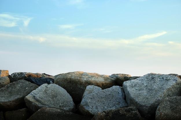 晴れた日に青い空と石