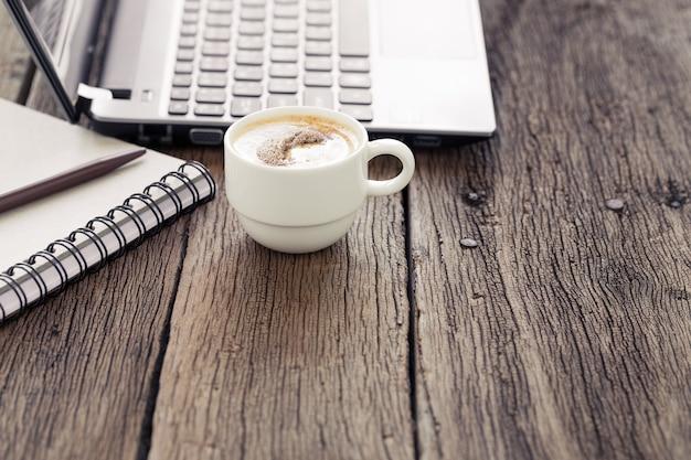 Чашка кофе на деревянном столе.