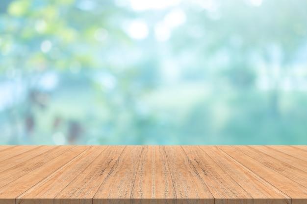 ぼんやりとした背景に空の木製テーブルトップ
