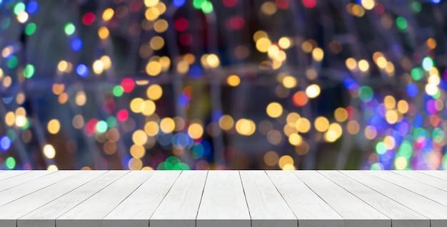 モンタージュのためのクリスマスの光の上に白い木のテーブルトップあなたの製品