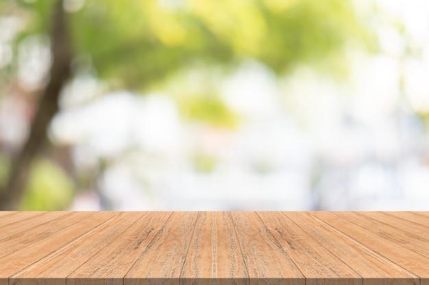 庭のぼんやりとした背景にウッドテーブルトップ、モンタージュのための製品