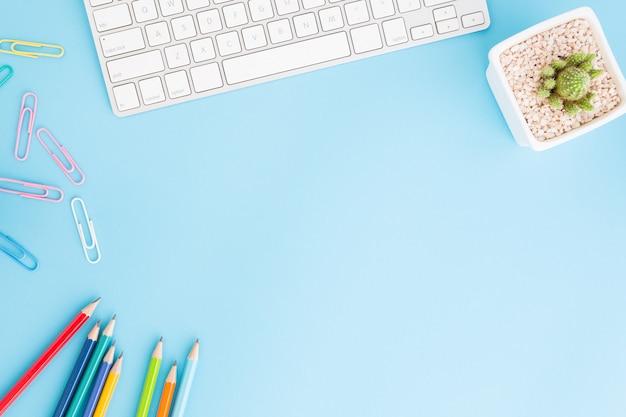 鉛筆とキーボードの事務机の平らなレイアウト写真