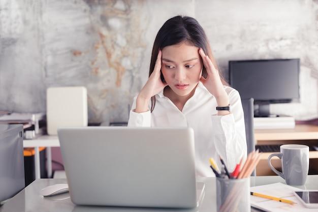 Молодые деловые люди страдают от головных болей