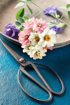 はさみでヴィンテージの花。
