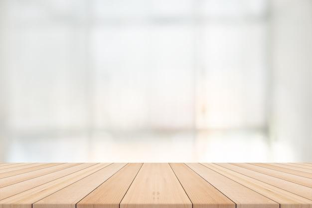 背景がぼやけた空の木製テーブル、製品編集用の空きスペース