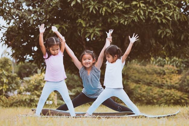 公園で一緒に運動をしている幸せな子供たち
