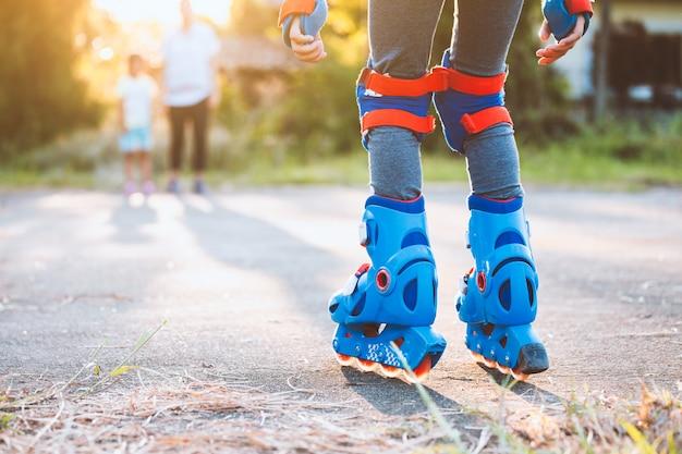 公園でローラースケートに乗って子供