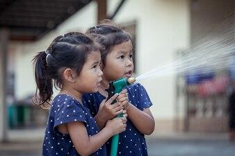 両親の助けを借りて車を洗う二人の少女
