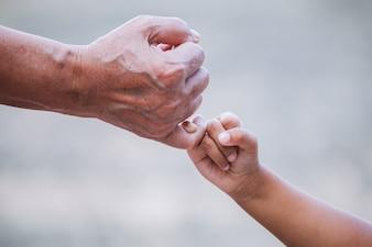 祖母と子供の女の子、ピンクの約束をヴィンテージの色調で一緒に約束する