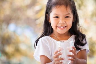 ヴィンテージの色調の淡水のガラスを持っているかわいいアジアの少女
