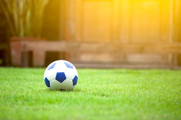 Футбольный футбол на зеленой траве