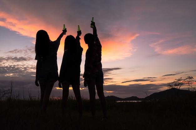 週末のお祝いに楽しんで応援、飲酒、若いアジアの女性のグループ。