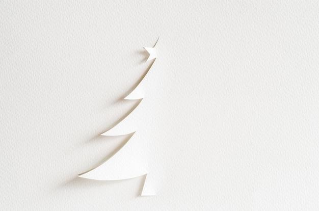 クリスマスツリーのペーパーカットデザインカード。クリスマスペーパークラフト。