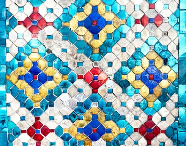 ガラスから作られたタイのモザイクカラフルなパターンのテクスチャの背景
