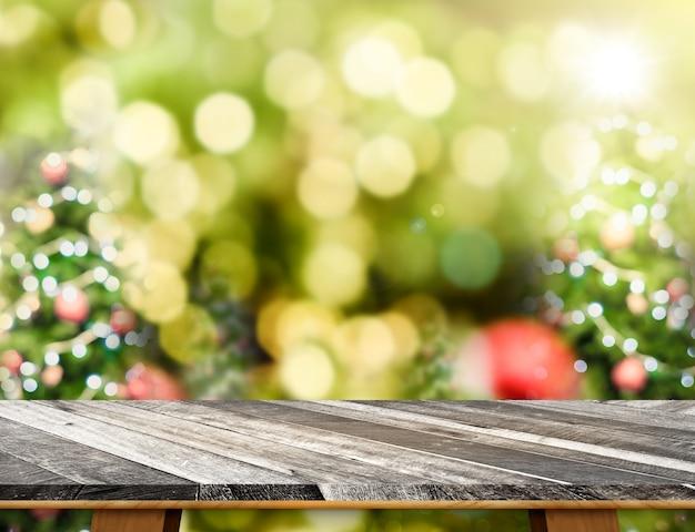 抽象的なぼかしクリスマスツリーの背景とグランジの空の木製テーブルトップ