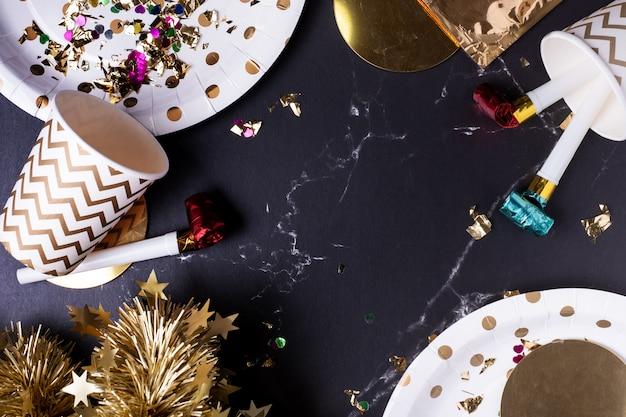 パーティー・カップ、パーティー・ブロワー、チンゼル、紙吹雪。ホリデー・パーティー・タイムを祝う