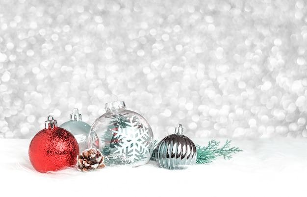 銀のボケの光の背景に白い毛皮にクリスマスの装飾のボール