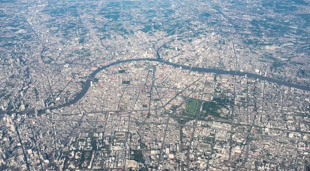 バンコクの飛行機で飛ぶとき大都会のパノラマ空撮
